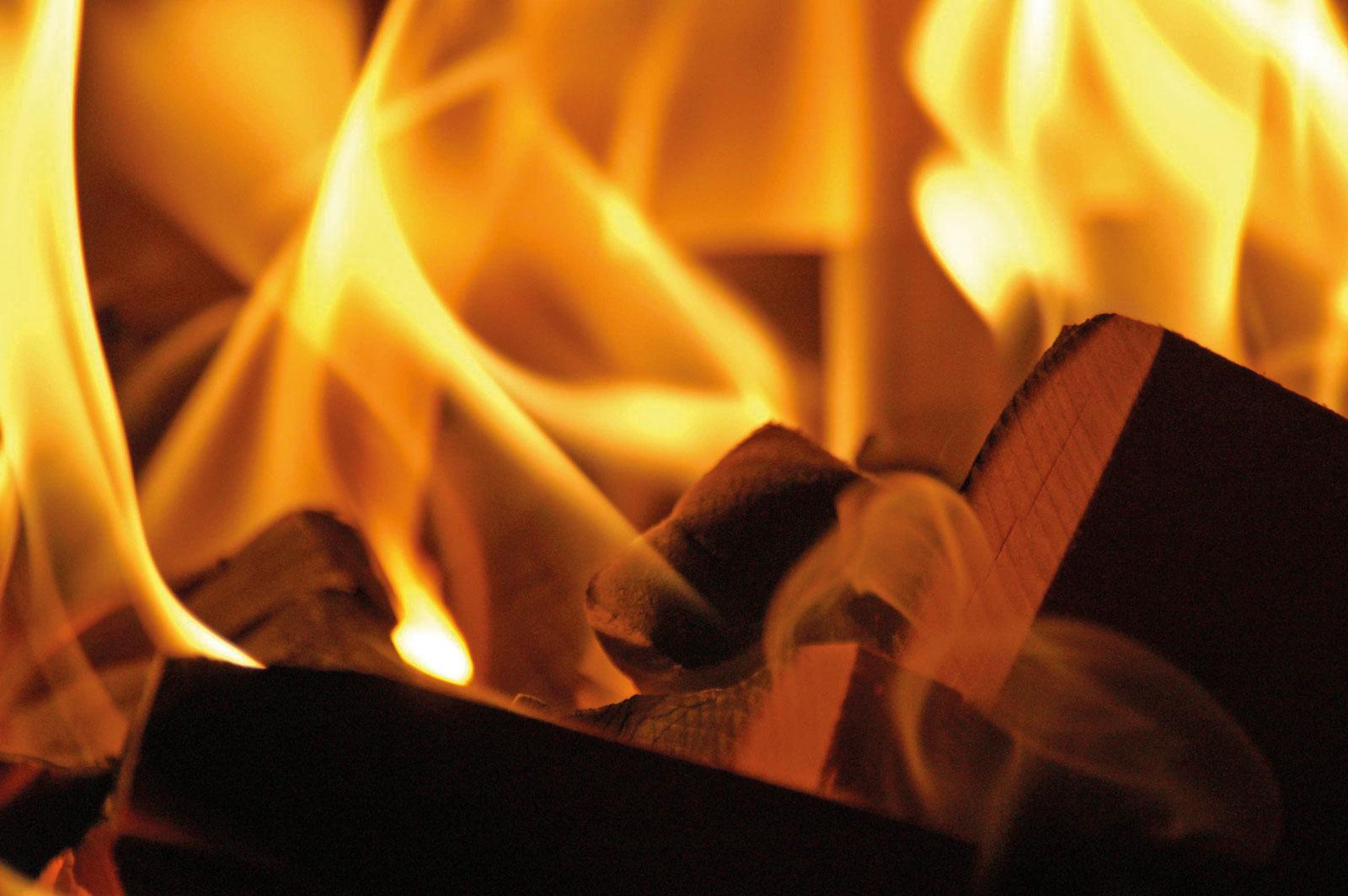 Original Kachelofen - Richtig hiezen mit Holz Flammen